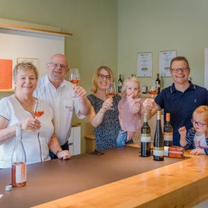 Die Familie bei der Weinprobe